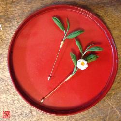 #つまみ細工 茶葉、茶の花と赤い漆